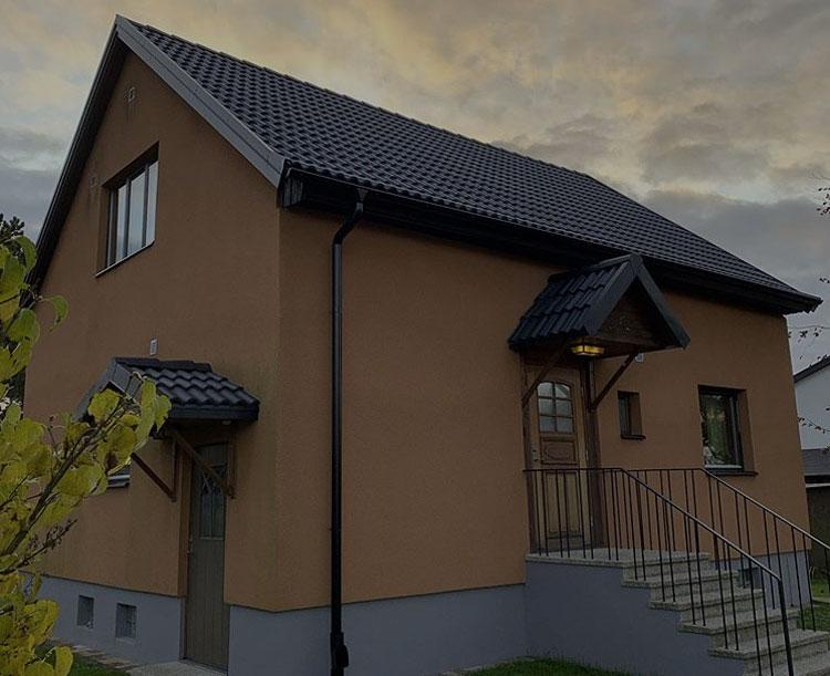Villa med putsad fasad och nytt tak